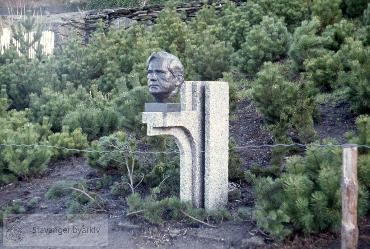 Theodor Dahl, byste .Skulptur av Hubert Wilfan