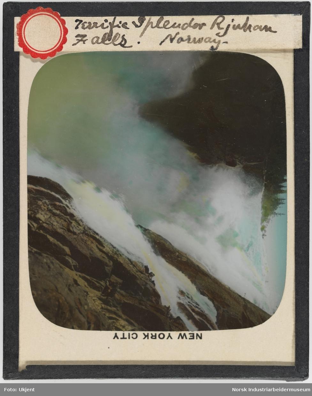 Øvre del av Rjukanfossen, rett nedenfor Krokan dam. Håndkolorert eldre bilde.
