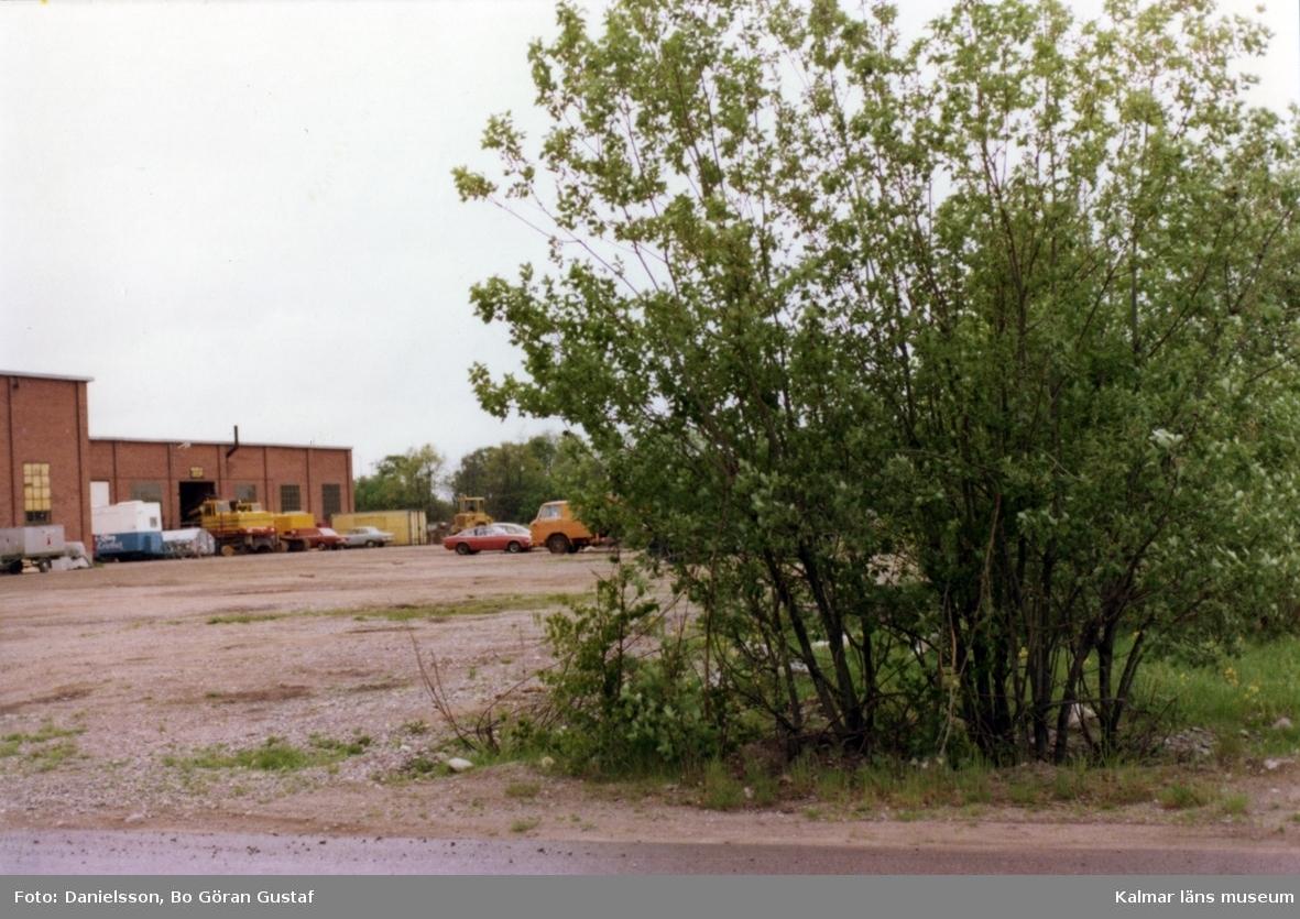 Ett gjuteribolag. En buske i förgrunden. Ägarna hette bröderna Karlsson och byggmästaren var Bertil Danielsson.