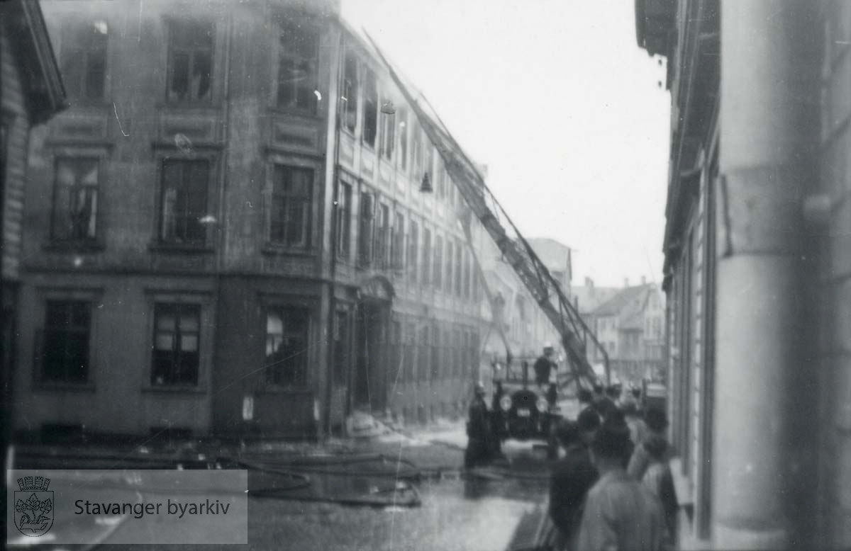 Brannslukking..Grand hotel var en 3 etasjers trebygning reist av skipsreder Søren Berner etter bybrannen i 1860. Privatboligen ble ombygd til hotelldrift i 1887. Etter invasjonen 9. april 1940 rekvirerte den tyske okkupajonsmakten hotellet. 9. mai 1945 ble bygningen antent og totalskadd..Kontaktkopi.