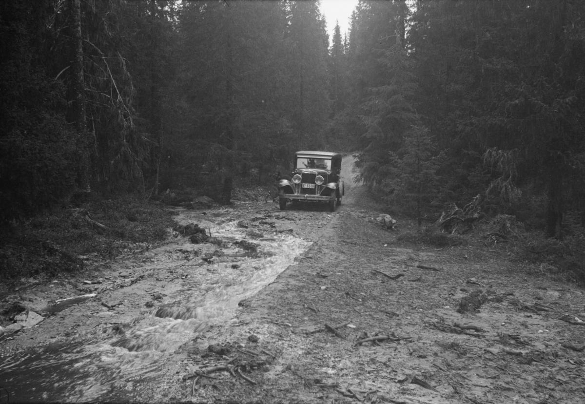 Kilisetervegen (antakelig Killivegen i dag) etter storflom, bil E-5516