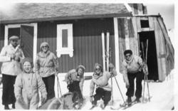 Familiemedlemmer klare for skitur ved Grjotrust vokterbolig