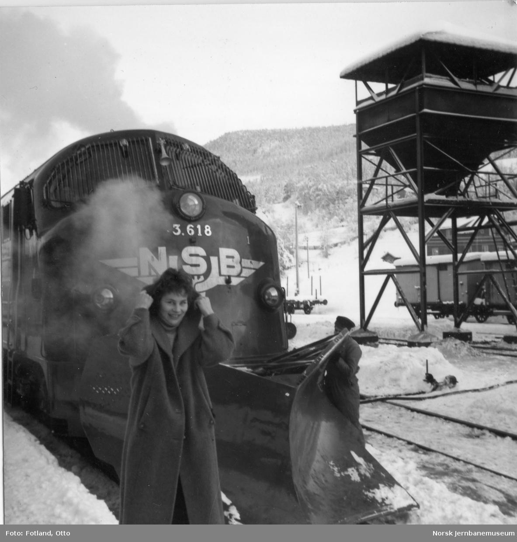 Diesellokomotiv type Di 3 nr. 618 på Ål stasjon.