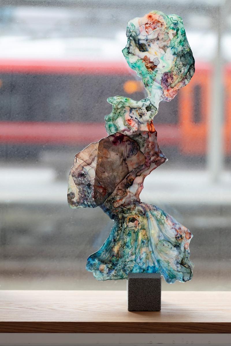 Skulpturene er frittstående, abstrakte malerier. De har to malte flater med ulike motiver på hver sin side. Hver side er gjennomskinnelig. Det gjør at skulpturene endrer uttrykk ettersom når lyset utenfor endrer seg. Plypropolene (Yupo paper)