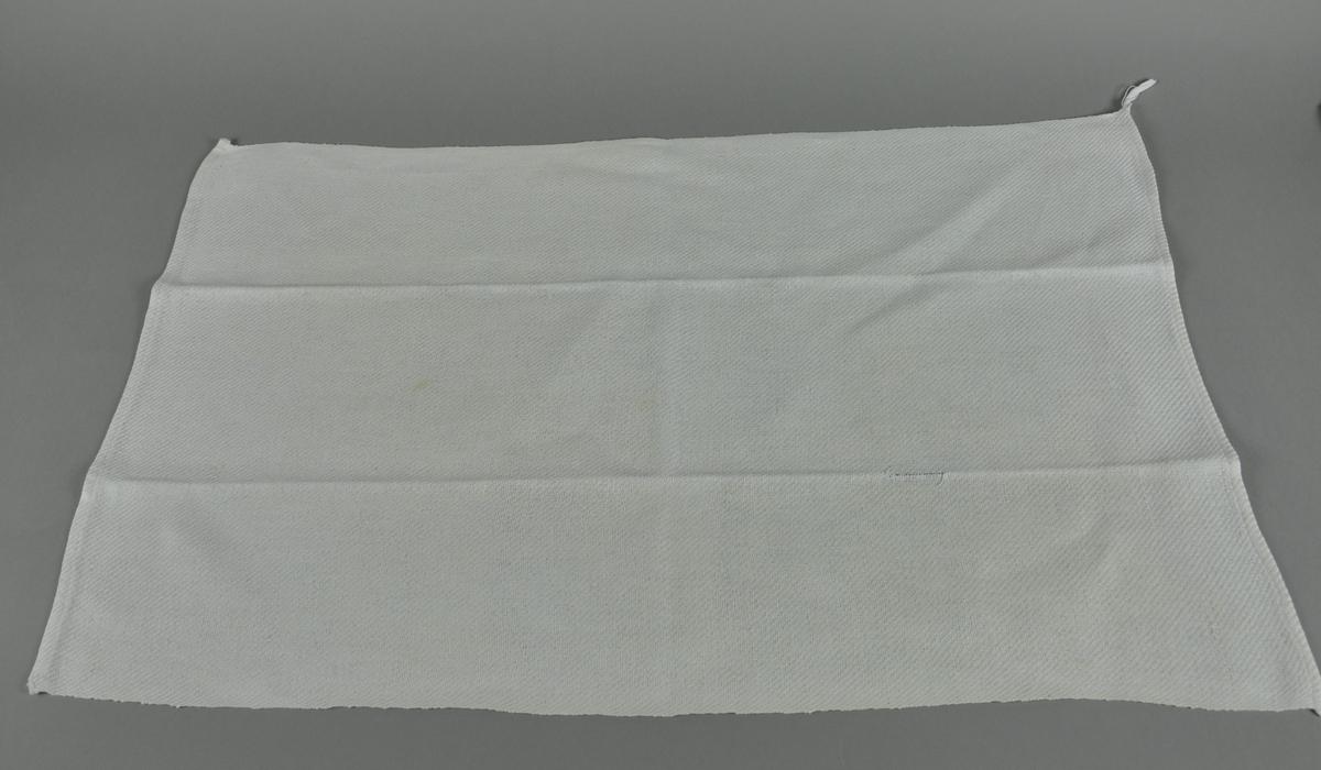 Hvitt håndkle av lin, rektangulær form.