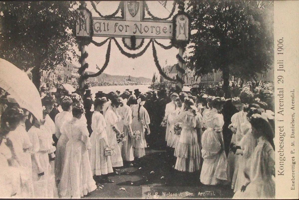 Kongebesøket i Arendal 29. Juli 1906. Æresportal med  hvitkledte kvinner.