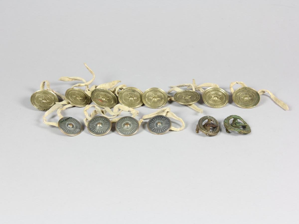 Knäbyxor av ljust sämskskinn, hand- och maskinsytt med laskat mönster på den breda luckan och vid båda bensluten. Knäpps med åtta stora mässingsknappar med graverat blomstermotiv. Ytterligare fyra knappar finns till hängslen. Alla knappar knyts fast med skinnremsor. Benens sprund stängs med fyra par hyskor och hakar av mässingstråd och ett mässingsspänne vid varje knä.