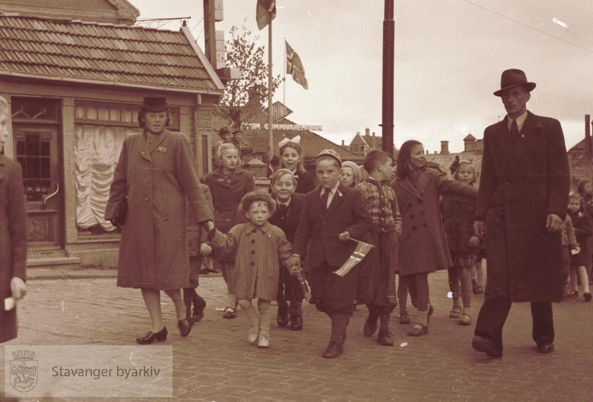Barn i første mai-tog.