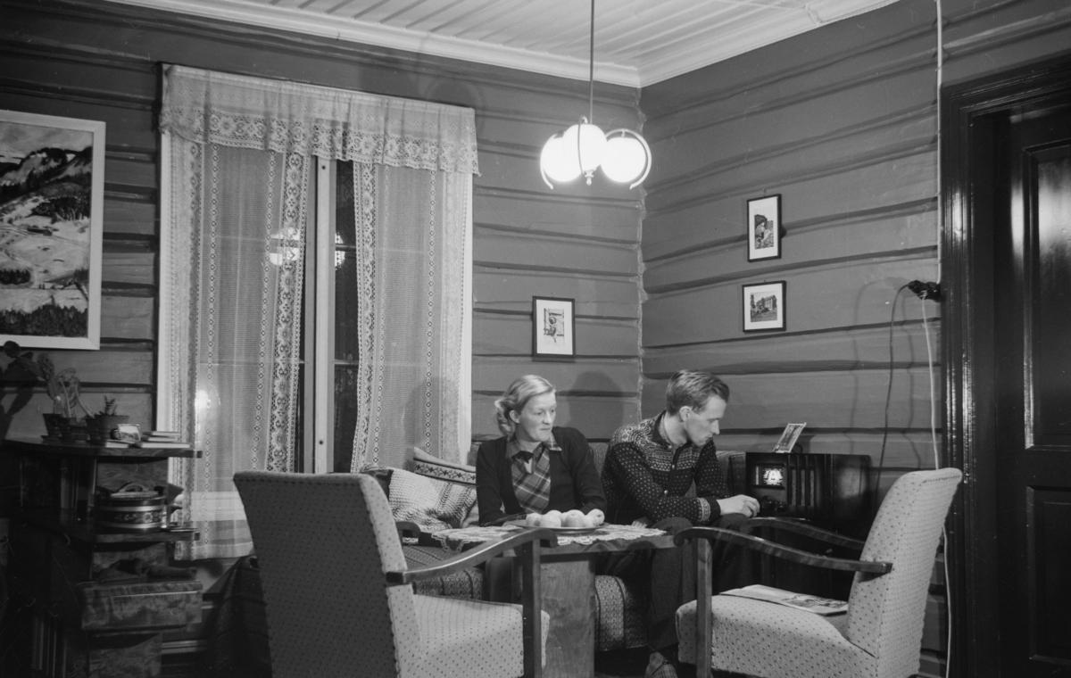 Ektepar lytter på radio i sin stue