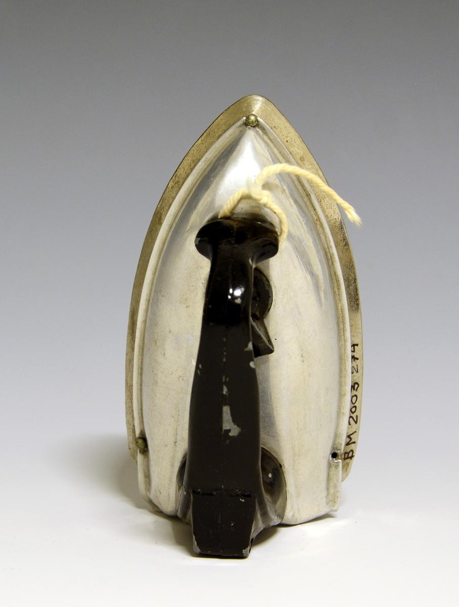Lekestrykejern i metall med sort håndtak og sort bryter i plast.