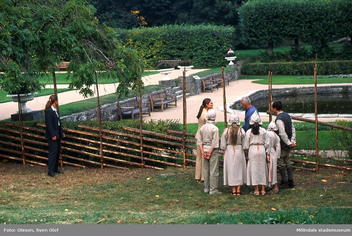 Kronprinsessan Victoria på besök i Gunnebo, Mölndal, den 8 september 2003. Man visar kronprinsessan hur man uppför en gammaldags trägärdesgård. D 42:14.