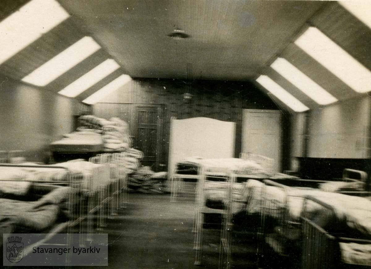 Klinikken ryddes...Fra fotoalbum fra Dr. Dahls klinikk. Det tilhørte oversøster Sigrund Olsen. Dr. Eyvin Dahl drev klinikk i Birkelandsgata 2 i årene 1928-1931. Klinikken ble nedlagt da det ikke var mulig å få offentlig støtte. Eyvin Dahl var fra 1937 til sin død i 1962 stadsfysikus i Stavanger. Politisk tilhørte dr. Dahl arbeiderbevegelsens venstre fløy. Etter krigen sluttet han seg til kommunistpartiet.