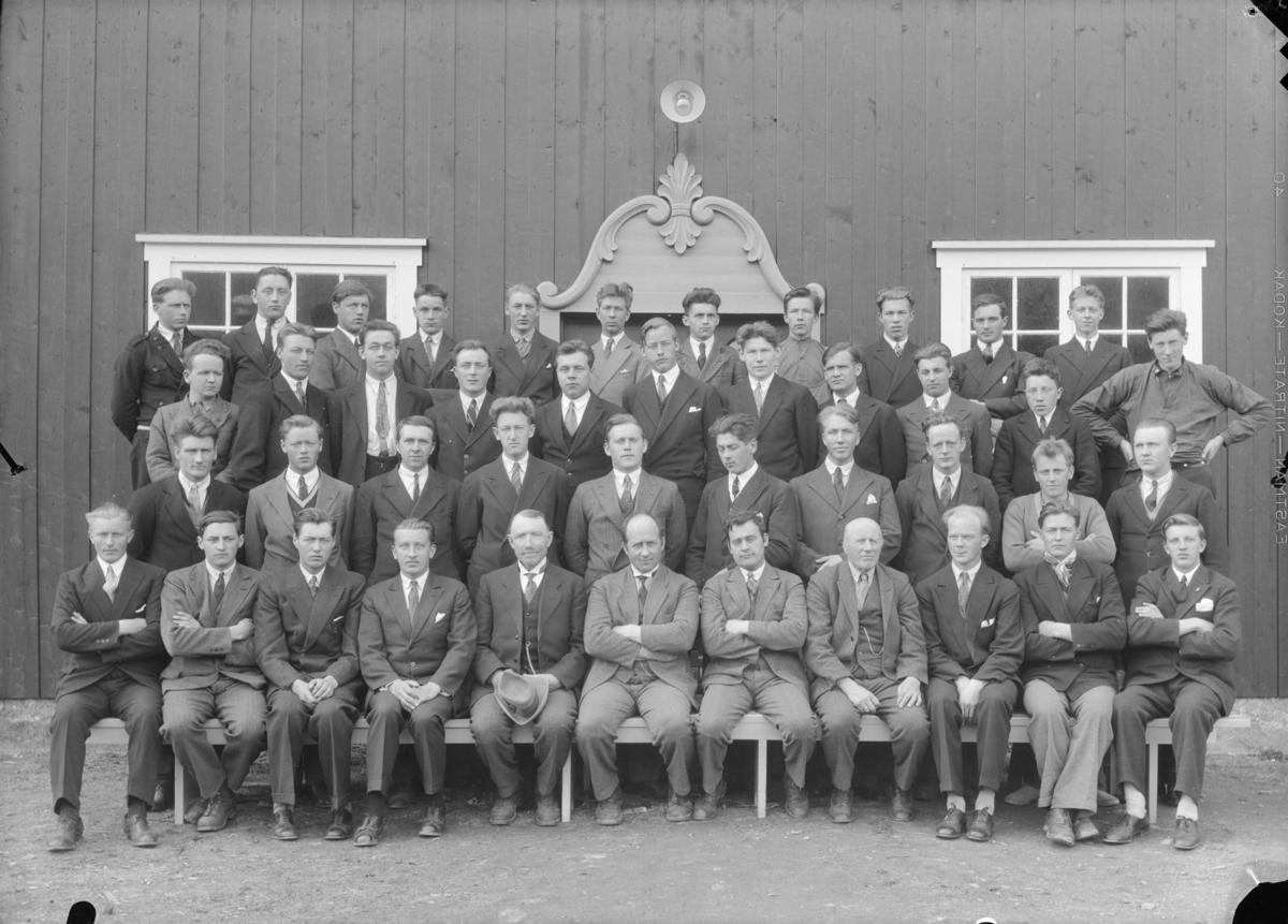 Elever og lærere ved Hjerleids Husflidskole, Dovre. Midt på første rekke sitter Ola Lillevik, Thorvald Schanke, Helge Hovrud og Ragnvald Einbu