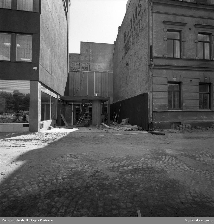Det nya Tempovaruhusets fasad mot Sjögatan. Slutspurt på bygget inför invigningen.
