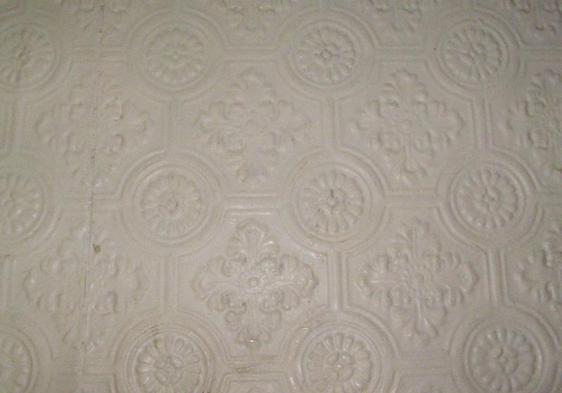 Takbeklädnad från II-klass kupé, av vit pressad papp med stiliserade blommor.