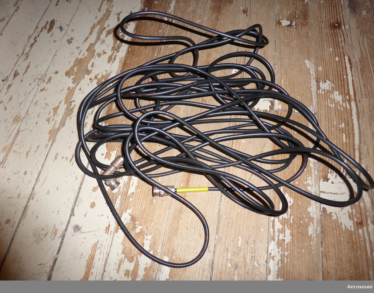 I en grågrön trälåda finns det provningsutrustning. Bland annat finns det: 1 signalgenerator, 2 st dämpbrickor (+ en extra metalldel), 1 förväljarinsats, papper med instruktioner, 1 antennfäste med 1 mätram fastsatt, 1 svart kabel, 1 vit sladd/kabel, och 1 kontrollkortetikett. Tillhör SK 60.