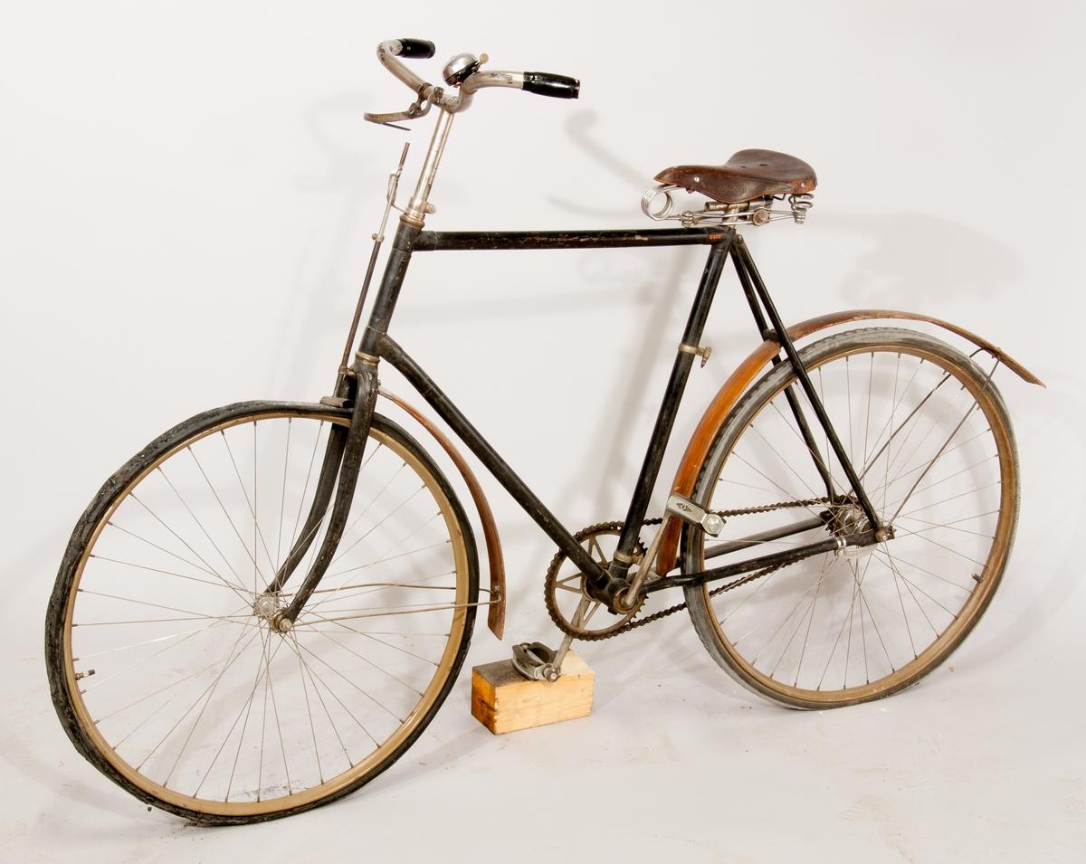 Cykel, Nordstjernan. Fälgar av metall, stänkskärmar av trä. Fast växel, anliggningsbroms på framhjulet.