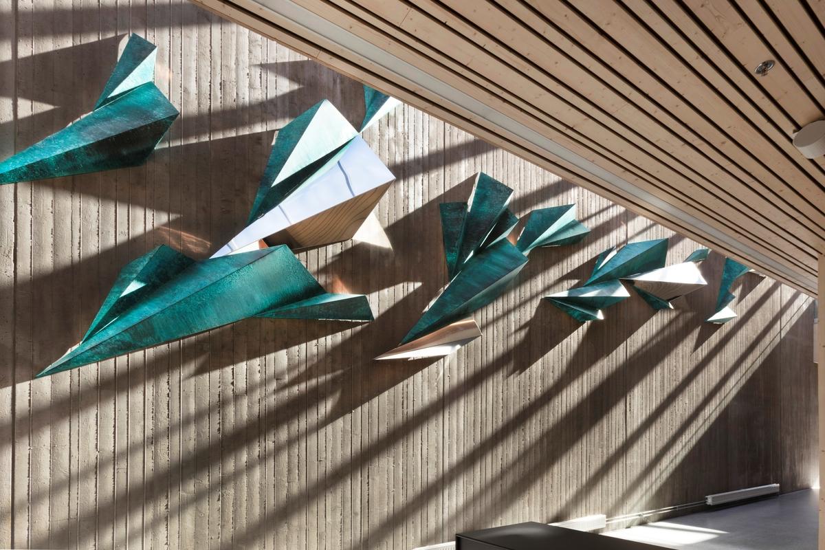 Kunstverket består av 32 patinerte former i kobber (i blå-og grønne toner) og 4 former i blankglødd rustfritt stål. Alle elementene har samme form, men i varierende størrelser. Patineringen er jobbet med over tid slik at det har oppstått ulike valører i farge og struktur. De blanke formene i rustfritt stål fungerer som speil til å reflektere lys i rommet. Det er kun benyttet naturlig overlys slik at verket får en direkte linje til sesongene og tider på døgnet.