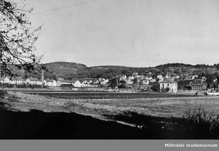 Bosgården i Mölndal. Okänt årtal. I förgrunden till höger ses Petersens bostadshus. Vy mot Bosgården och Trädgården. AF 2:15.