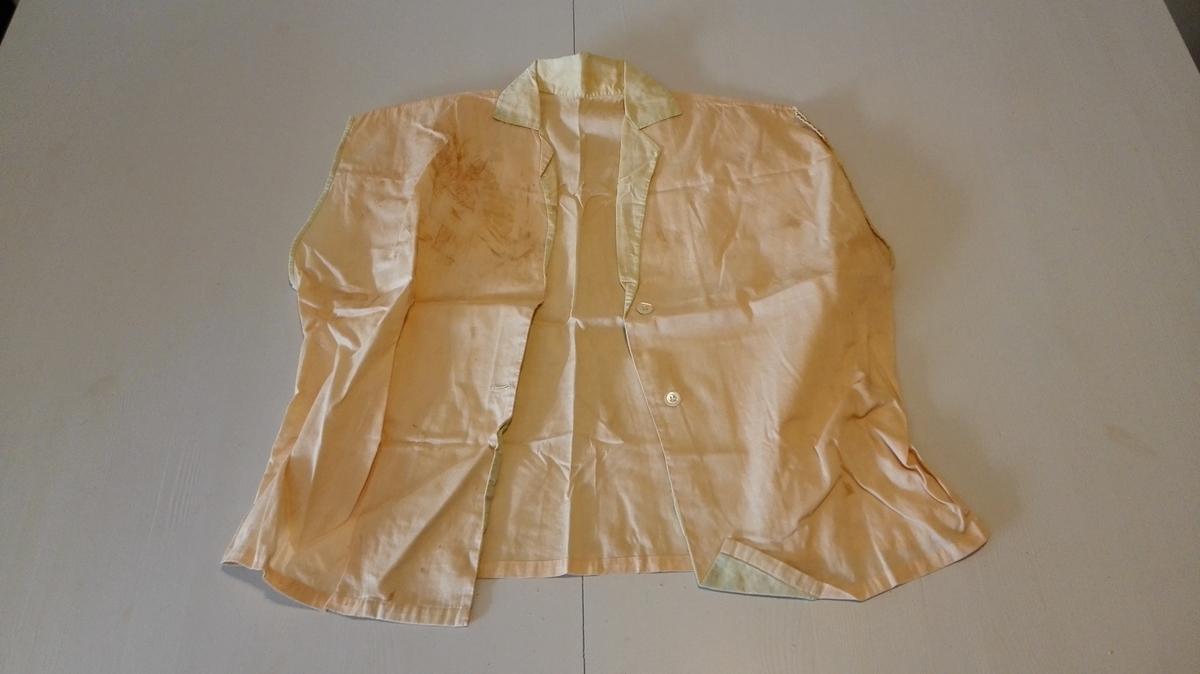 Form: Heilklypt 1 bluse.  Heilklypt med skuldersaum. Liggande krage med slag fora med stoff i kontrastfarge. Øvingsarbeid i grunnskulen.