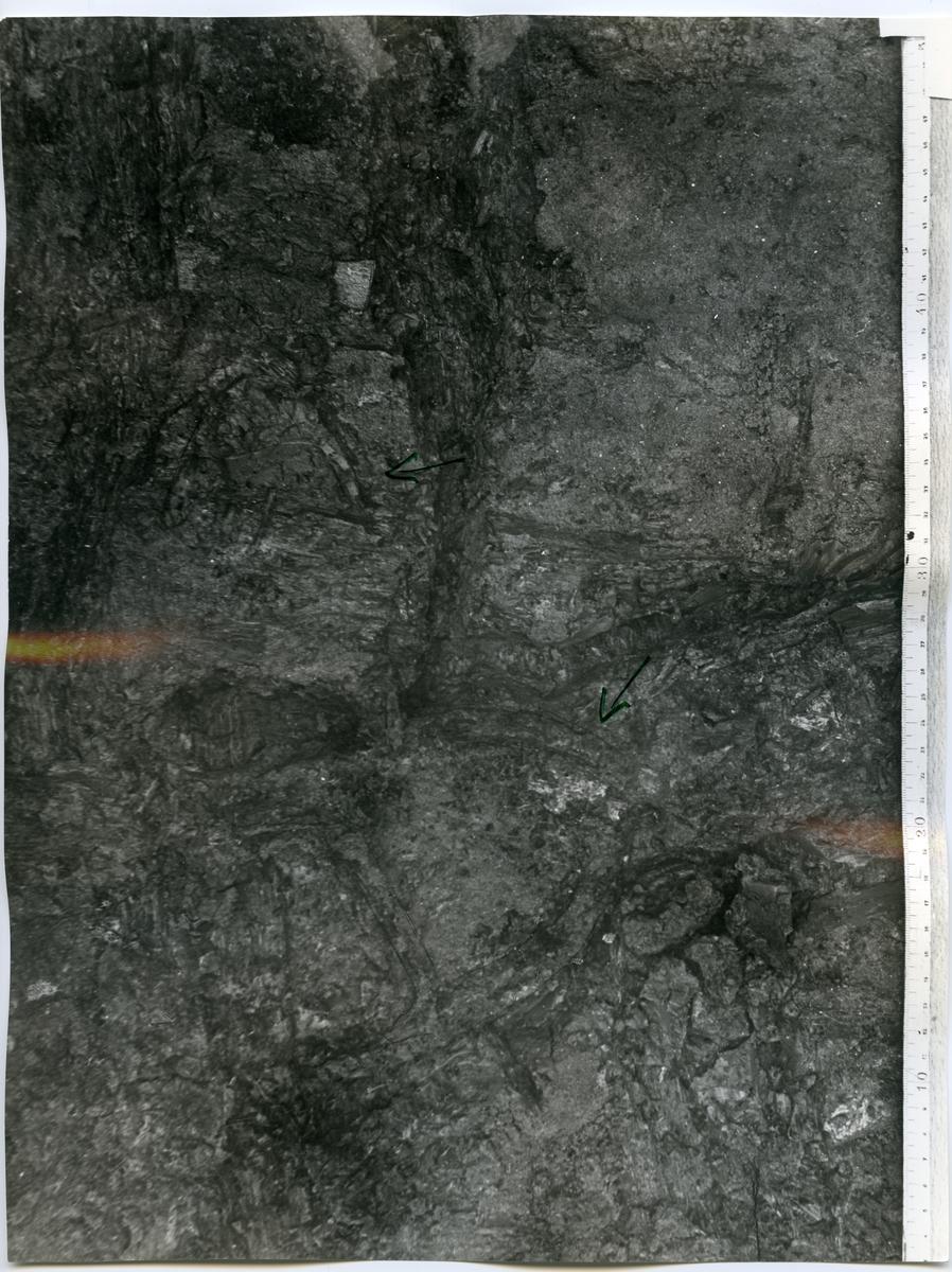 Köping sn, Norsa. Norsa RAÄ 131, grav 1. In situ: Pilarna visar stigbyglarna.1964.