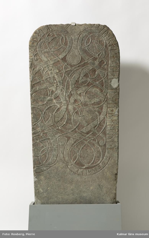 KLM 24962. Runsten. Stenen är en tillhuggen kalkstenshäll i gråblå färg. Kvarvarande sten utgör större delen av ursprungligen en större runsten, av vilka delar har blivit borthuggna. Runstenen är dekorerad med praktfulla djurslingor utförda i äldre medeltida stil. Ornamenten är upphöjda liksom ramverket längs kanterna. Inskriften, som läses från vänster till höger, är inristad på den upphöjda ramen längs stenens kanter, med undantag från slutet, som med mindre runor är inristade i slingan till höger. Början av inskriften saknas. Den har stått på den borthuggna vänstra kanten. Denna del av inskriften har innehållit namnen på de personer som rest stenen, men endast några fragment av runor, som tillhört det sista namnet, är bevarade. (beskrivning ur: S. Söderberg & E. Brate. Sveriges runinskrifter, Första bandet, Ölands runinskrifter, s. 39-43. Stockholm 1900-1906.)