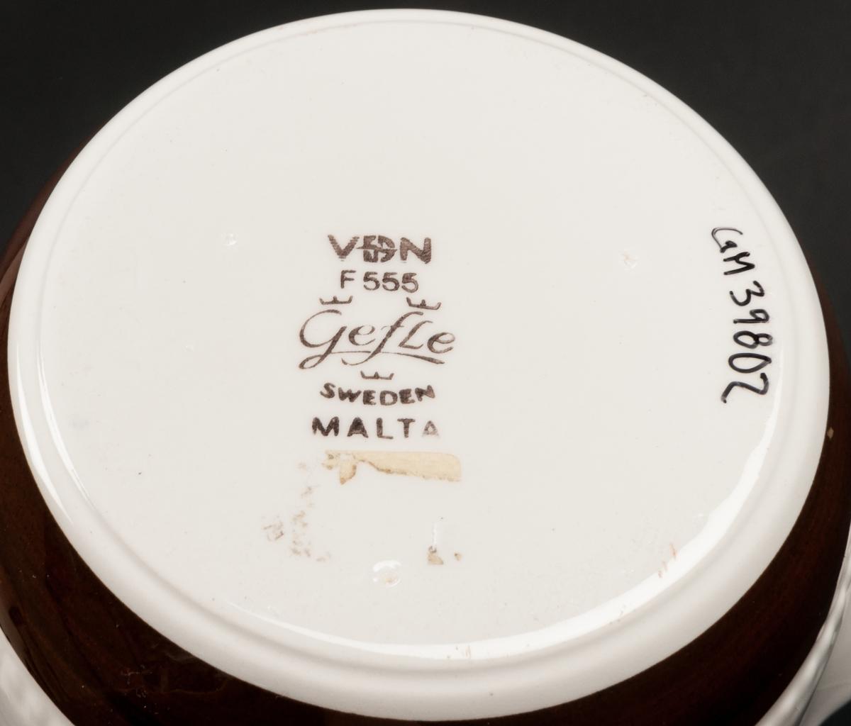 Såsskål, dekor Malta. BDR.  Dekorerat med brunt enkelt band och pärlstav i godset. VDN-märkt F555.
