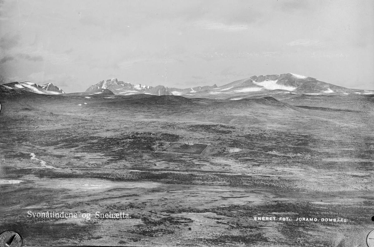 Oversiktsbilde mot Snøhetta og Svånåtind til venstre. Påskrift: Svonåtindene og Snehætta