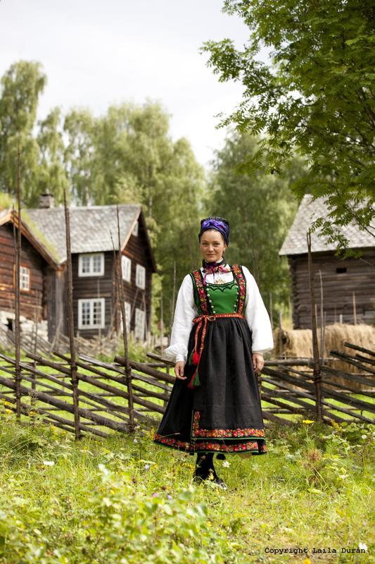 Kvinnebunad frå Tinn i Telemark. Foto Laila Durán