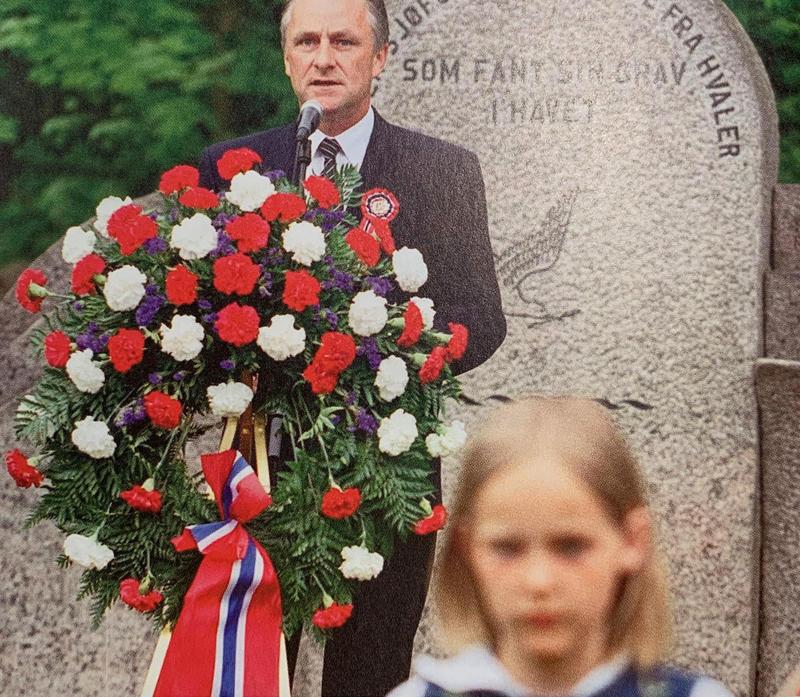 Tale og kransenedleggelse ved Sjømannsmonumentet 17. mai hvor 3. klasse tradisjonen tro står flaggborg.