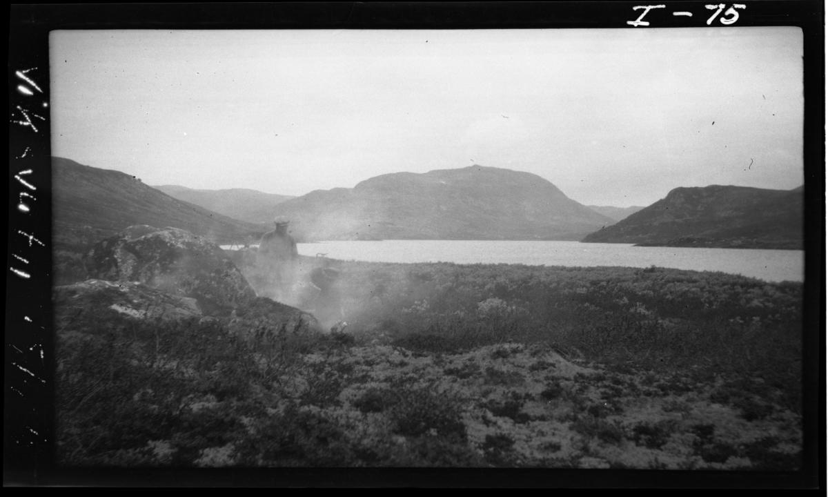 Fra fastmerke 10 ved Nutbekk, omtrent på midten av Viksvatn mot øvre ende. Fastmerke ved stein på venstre side av bildet.