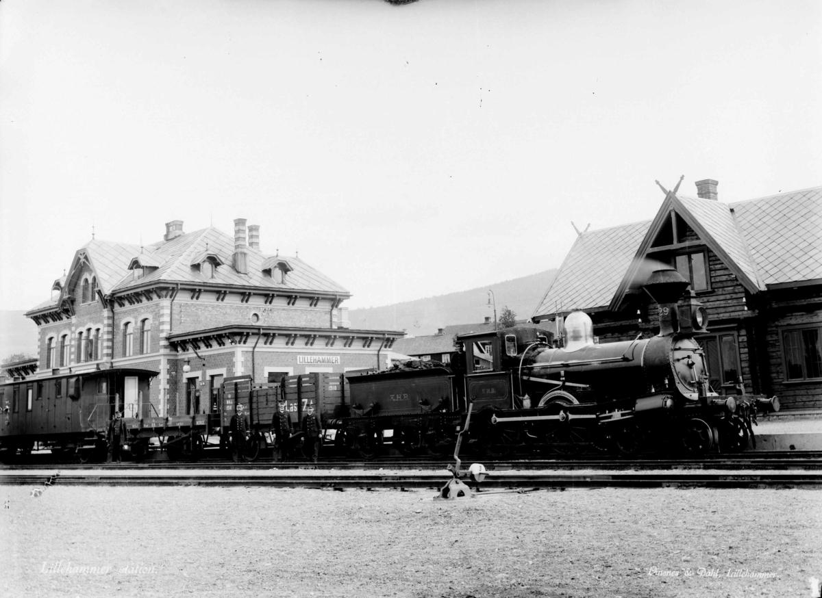 Sørgående tog på Lillehammer stasjon - damplokomotiv type 9a nr. 29