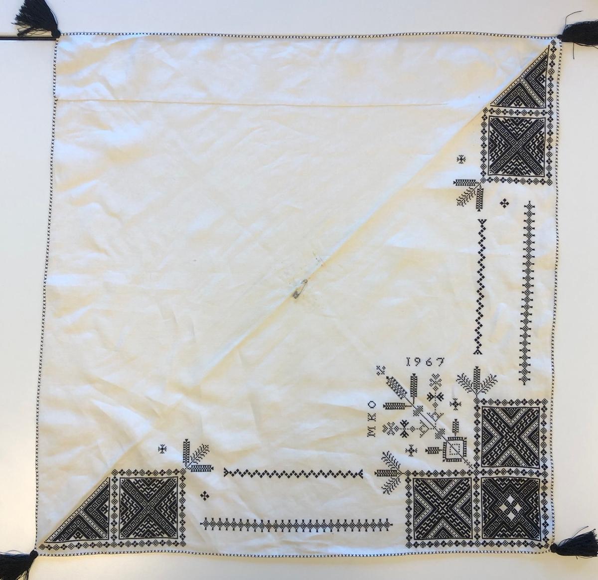 Geometriskt mönster i huvudsak i rätlinjig plattsöm i kvadrater i hörnen. Två bårder mellan kvadraterna på ryggsnibb och framsnibbar.  På ryggsnibben tre kvadrater  och en  majstångsspira samt märkning med årtal och initialer.  På varje framsnibb en kvadrat och en trekant. Sju ornament