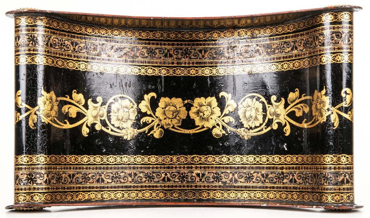 Brödfat av bleckplåt, avlångt, med ändarna rundat nerböjda. Rund fot. Svart med dekor; blommor, bårder, kronor i guld och polykrom marmorering. Kanterna röda.