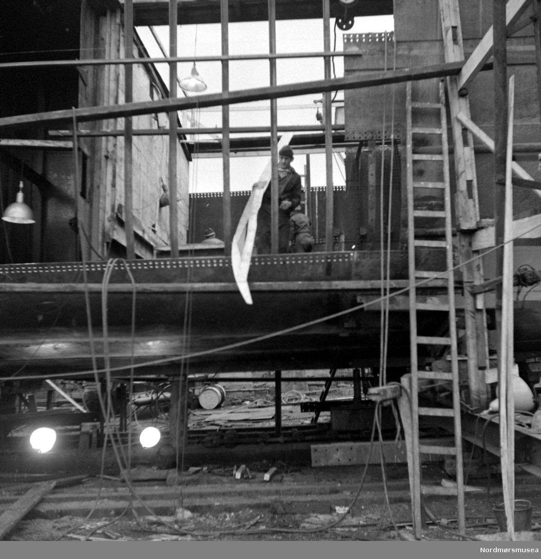 Foto fra fartøyet Masi ved Storvik mekaniske verksted i Kristiansund. Fotograf er Nils Williams. Fra Nordmøre museums fotosamlinger.