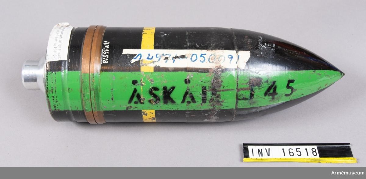 """(f bar m/40). Granatens färg: Svart. Färgmärkning gul rand, grön rand Åskåd 145. Märkt: m/43  49 XF 4300. B med pil, 451 12. Tändröret märkt: blind, flottans """"kattfot""""."""