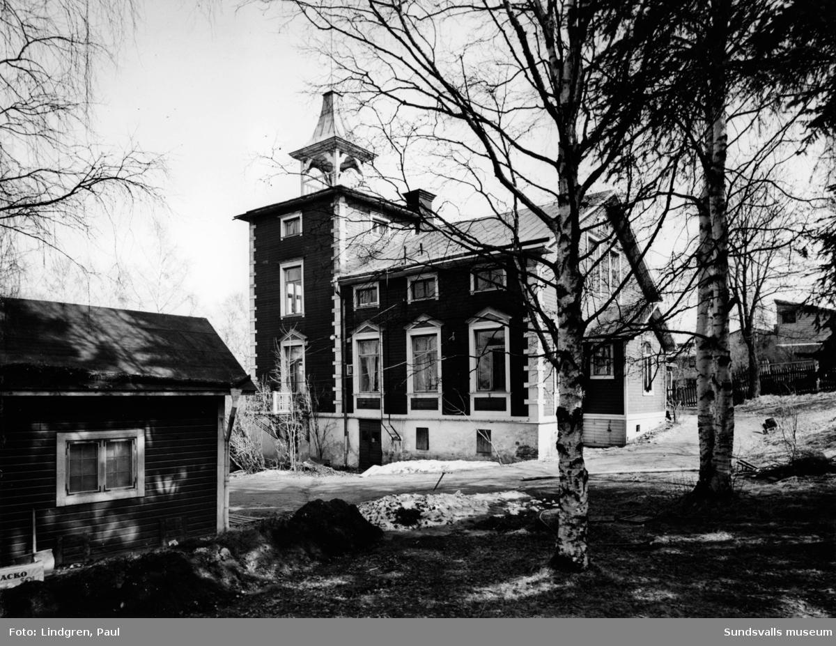 """Albäcksgatan 35. """"Villa Albäcken"""". Byggd omkring 1890 av dåvarande musikdirektör G. F. A. Ruthström vid Sundsvalls Almänna läroverk. Byggnaden var uppförd av 9 tums plankknubb med utvändig spöning på hög stensockel och försedd med tornbyggnad. Den innehöll två lägenheter om vardera 206 kvm. Hustrun Ida Ruthström och dottern Olga Ruthström-Johannesen bedrev i många år dansskola i """"Villa Albäcken"""". Huset revs omkring 1965."""