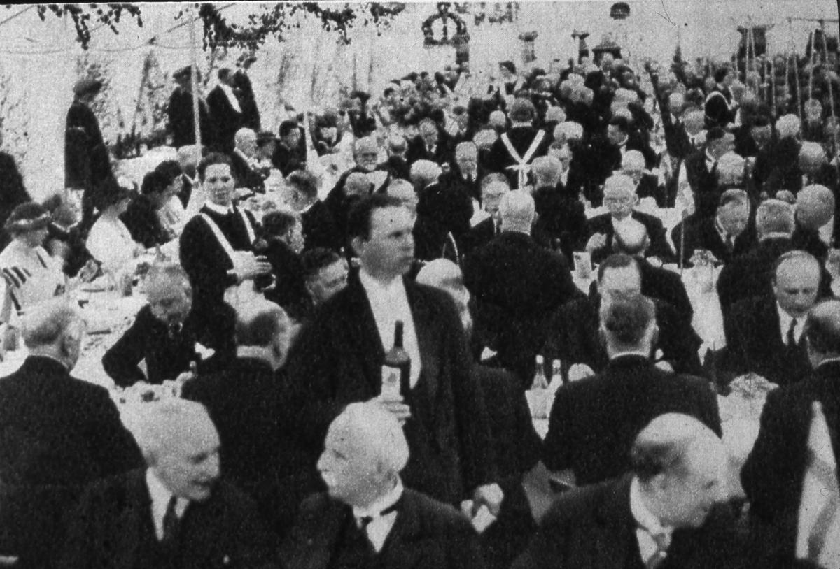 Riksdagens 500-årsjubileum firas i Arboga. Kungalunchen serveras i ett tält på Hamntorget. Det är fullsatt, servitriser och servitörer trängs mellan borden.