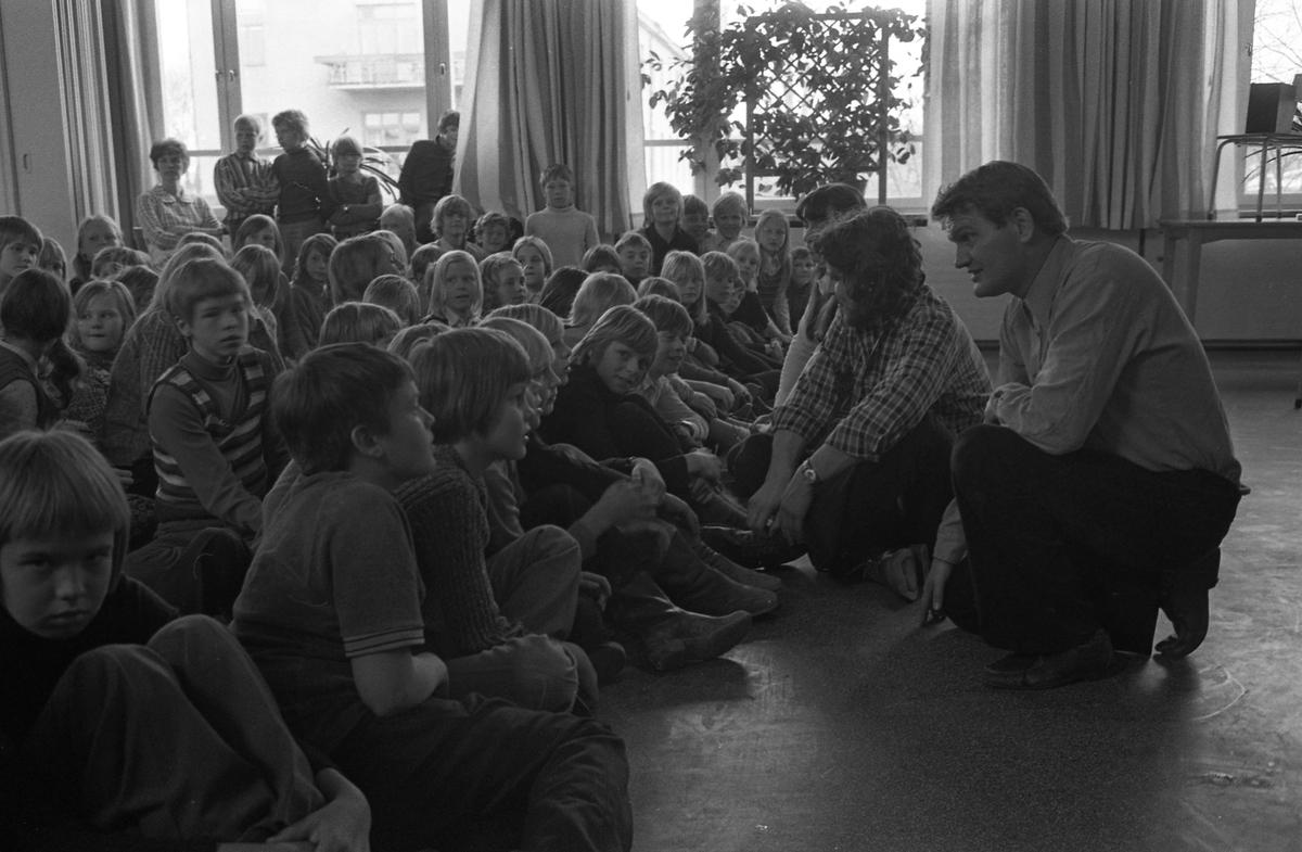 Arbetarnas Bildningsförbund, från Västerås, spelar teater i skolan.