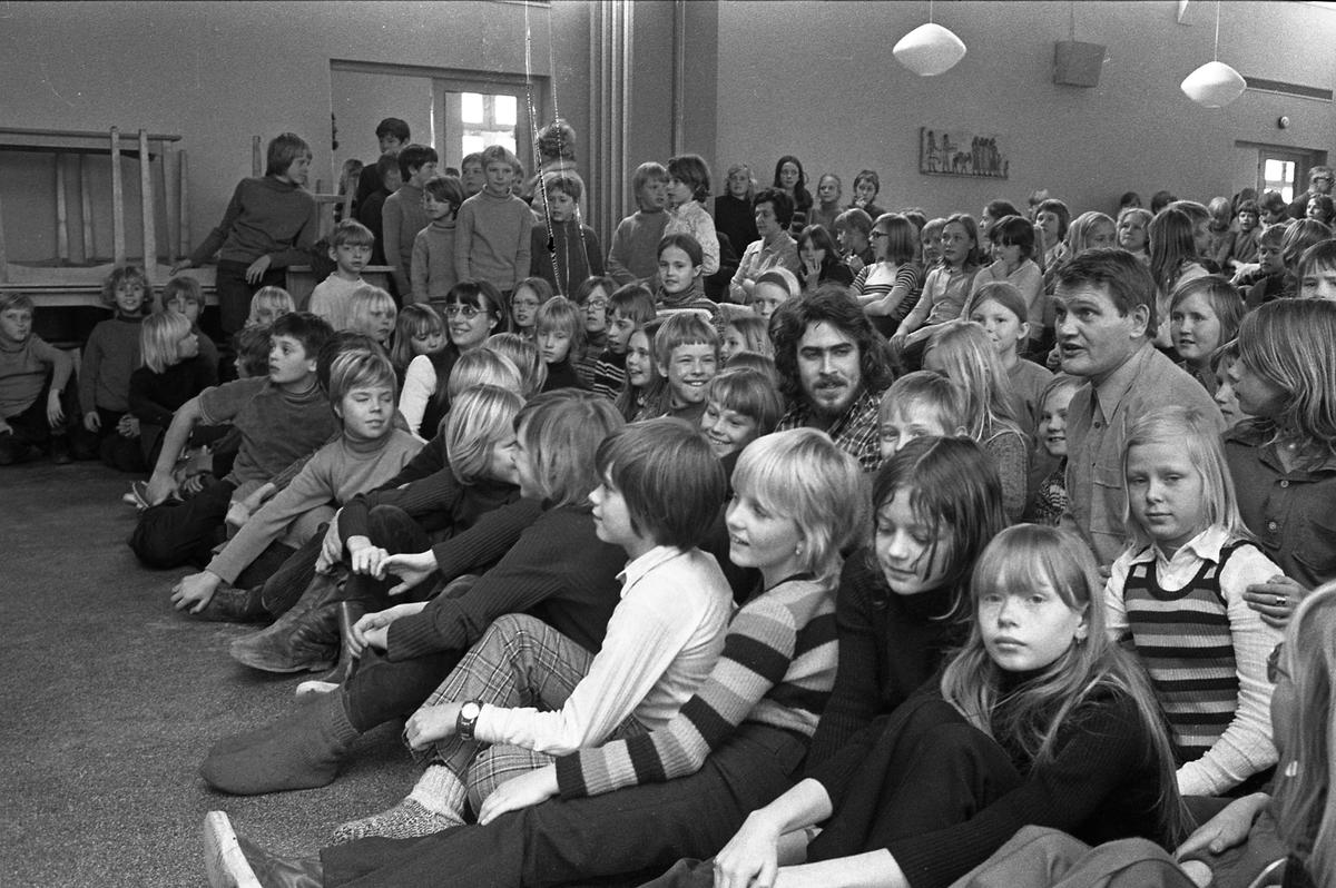 Arbetarnas Bildningsförbund, från Västerås, spelar teater i skolan. Både elever och lärare finns i publiken.