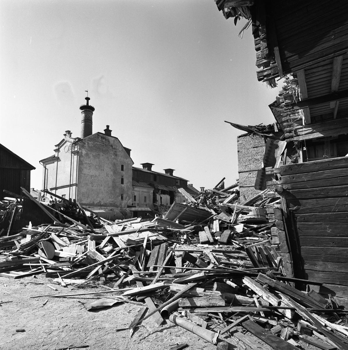 Arboga Kvarn och Maltfabrik är nedlagd och rivningsarbetet har börjat. Fabriken, med den dekorativa skorstenen, står ännu kvar medan hamnmagasinen förvandlas till brädhögar.  Det som kom att bli Arboga Kvarn och Maltfabrik anlades 1821 av Jonas Örström. Kvarnrörelsen startade 1915 och upphörde 1967. Vetemjöl av märket Guldsnö framställdes här. Maltproduktionen upphörde 1972.  Läs om Arboga Kvarn och Maltfabrik: Hembygdsföreningen Arboga Minnes årsböcker från 1979 och 1999 Reinhold Carlssons bok Arboga objektivt sett