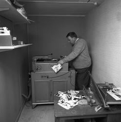 Arboga Tidning, personal och interiör. En man arbetar vid en