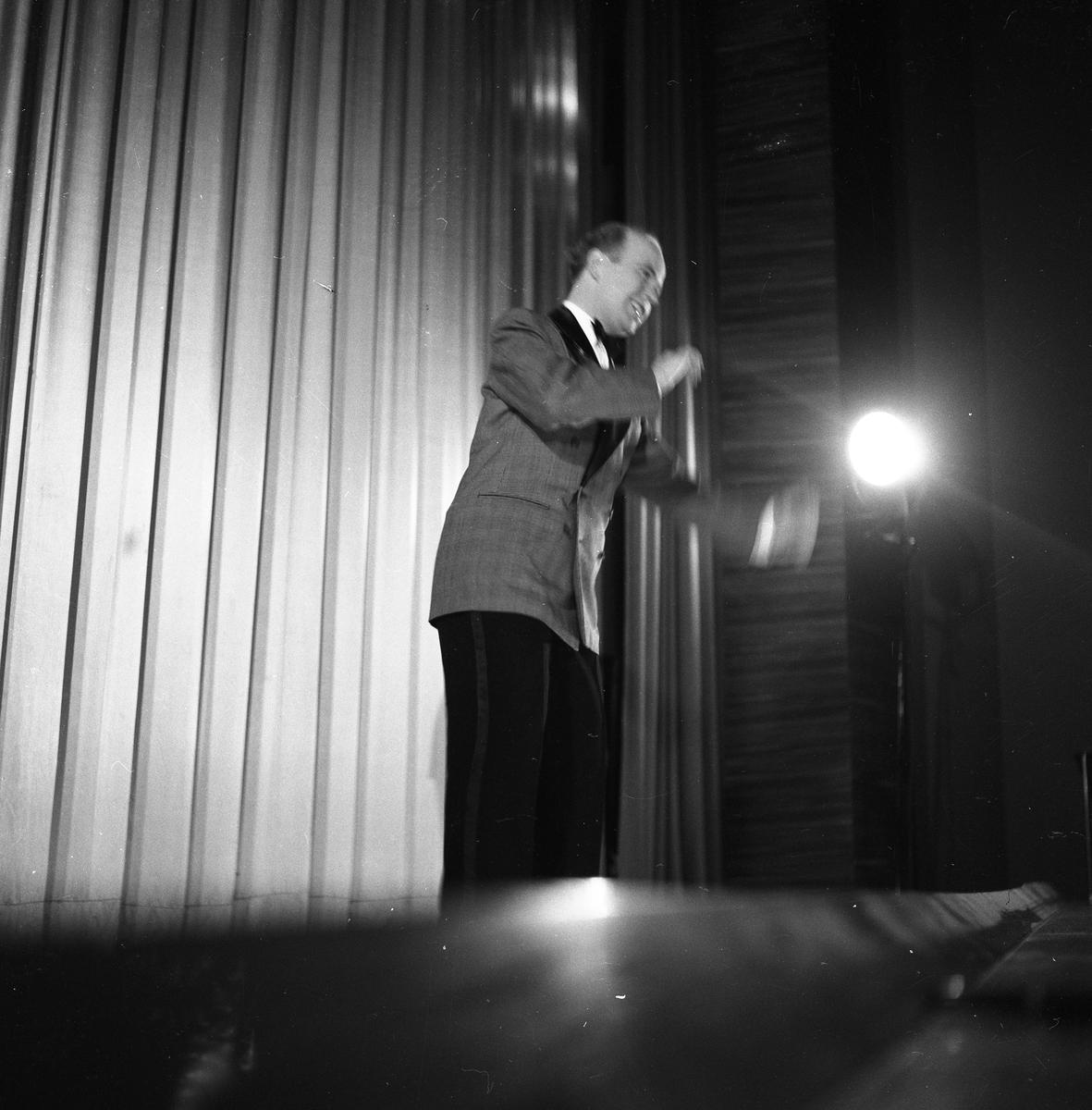 Arbogarevyn sätter upp sin Jubileumsrevy. Rune Lindqvist på scenen.