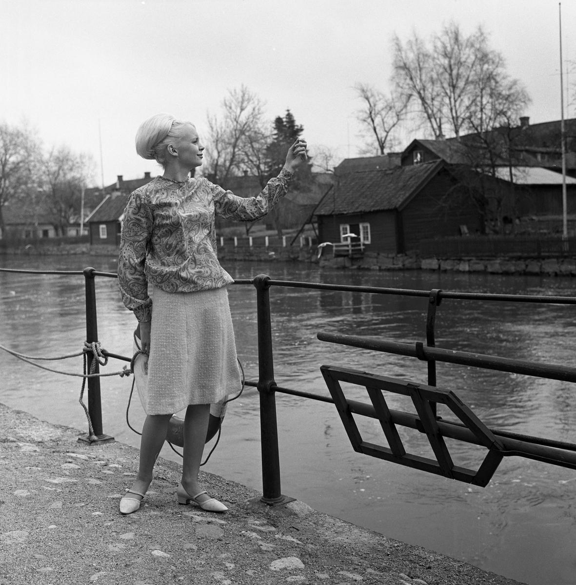 Ateljé Touche. Pia Haglind visar mode, här i kjol och blus. Bilden är tagen på norra sidan av Arbogaån.