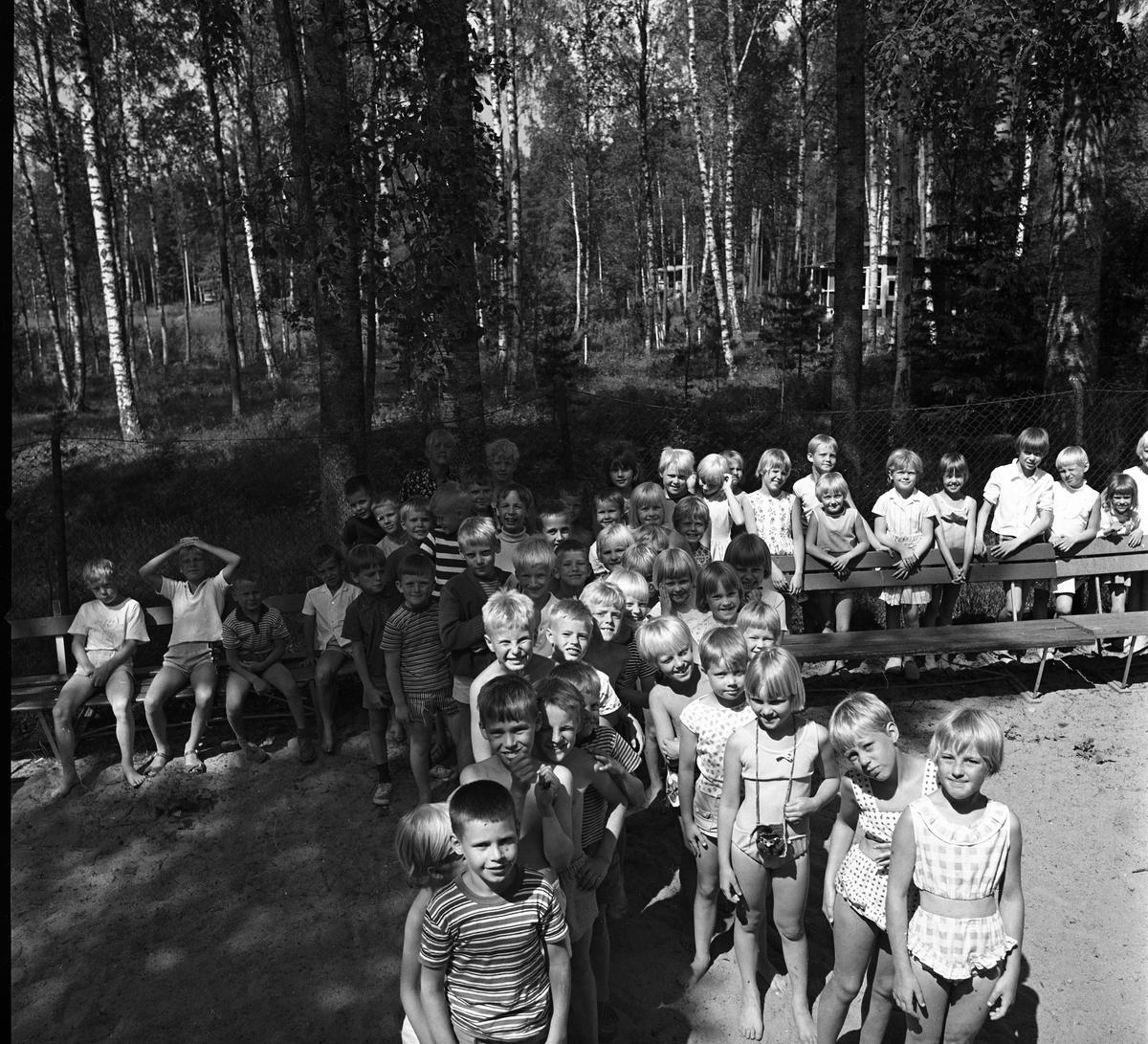 En stor samling barn vid Barnens Dagskolonin i Högsjön, väster om Arboga.
