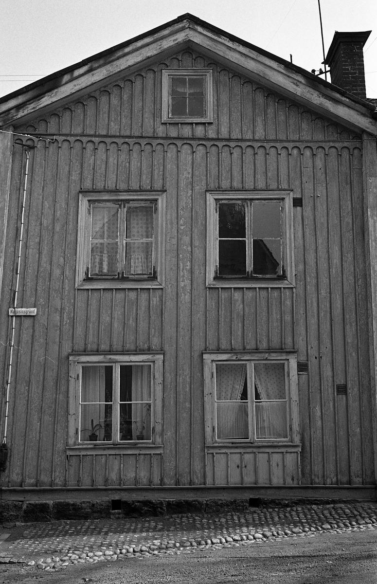Träfastighet på Magasingränd. Gavel på ett tvåvåningshus med vind. Se även bild 03043. Dokumentation av fastigheter i kvarteren söder och norr om ån. Bilder och beskrivning finns på Arboga Museum.
