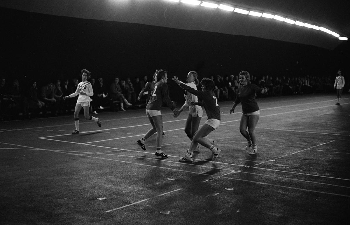 Handbollsmatch för damer; IFK Arboga möter Tibro Publiken sitter efter väggen