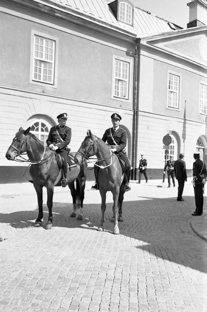 Två poliser till häst och fler patrullerande poliser utanför rådhuset. Riksdagen 550 år ska firas i Arboga. Kungaparet och diverse riksdagsledamöter är på ingående.