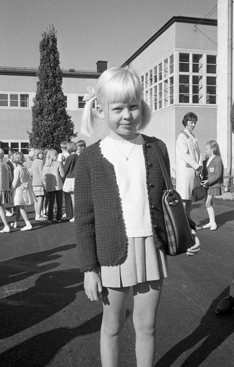 Skolstart. Annika Gunnarsson ska börja i första klass på Engelbrektskolan. Flicka i virkad tröja och med rutig skolväska på axeln.