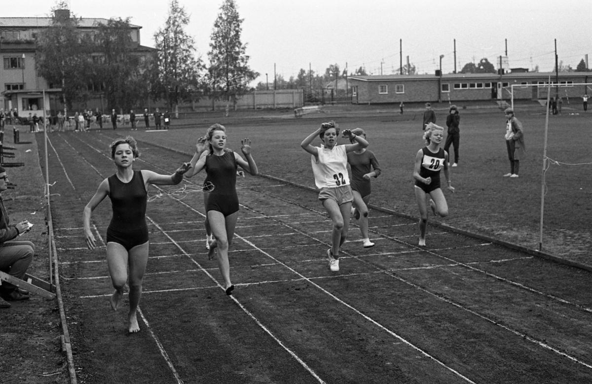 Skolidrott på Sturevallen Löpning för flickor. Längst till vänster springer vinnaren, Karin Zackrisson från Stureskolan.